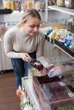 Mujer de risa que selecciona las diversas frutas escarchadas Imagenes de archivo
