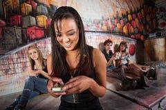 Mujer de risa que sostiene el teléfono Imágenes de archivo libres de regalías