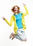 Mujer de salto bonita joven del jengibre que presenta emocional alegre aislado en el fondo blanco, concepto de la gente de la for Foto de archivo libre de regalías