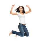 Mujer de salto en camiseta blanca en blanco Fotos de archivo