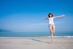 Mujer de salto feliz foto de archivo libre de regalías