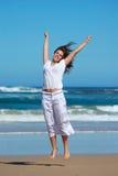 Mujer de salto feliz Imágenes de archivo libres de regalías