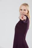 Mujer de Smailing que señala en la cámara Fotografía de archivo