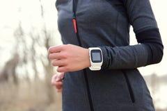 Mujer de Smartwatch que corre con el monitor del ritmo cardíaco Fotografía de archivo