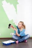Mujer de Smilling con las herramientas de la pintura Imágenes de archivo libres de regalías
