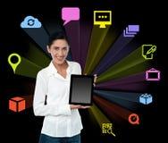 Mujer de Smilng con la tableta y los iconos coloridos stock de ilustración