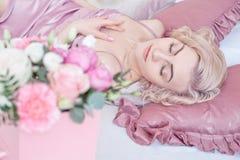 Mujer de sueño joven con los ojos cerrados Imagen de archivo libre de regalías