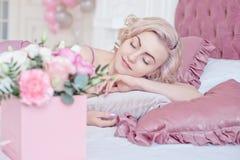 Mujer de sueño joven con los ojos cerrados Imágenes de archivo libres de regalías
