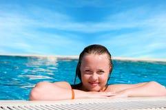 Mujer de una piscina Imagen de archivo libre de regalías
