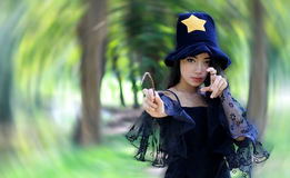 Mujer de Witchy en el vestido negro fotos de archivo libres de regalías