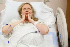 Mujer de Woried en hospital Imagen de archivo libre de regalías