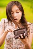 Mujer de Yong que mira en su poco Imagen de archivo libre de regalías