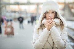 Mujer de Youn en una estación de tren en invierno Foto de archivo libre de regalías