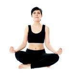 Mujer de Youung meditating en actitud del loto Foto de archivo
