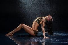 Mujer debajo de la lluvia. Imagen de archivo