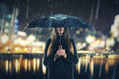 Mujer debajo de la lluvia con el paraguas negro Fotos de archivo libres de regalías