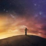 Mujer debajo del cielo nocturno. Imagen de archivo libre de regalías
