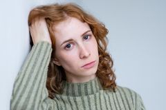 Mujer decepcionada joven con el pelo rizado rojo Fotos de archivo libres de regalías