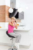 Mujer decepcionada que usa el teléfono, llamada triste, sentándose Fotos de archivo libres de regalías