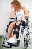 Mujer dejected con su rodilla en un apoyo Foto de archivo libre de regalías