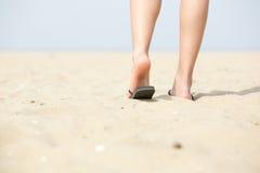 Mujer del ángulo bajo que se va en la playa foto de archivo libre de regalías
