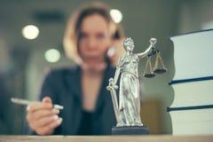 Mujer del abogado que habla en el teléfono móvil de su escritorio de oficina imagen de archivo