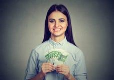 Mujer del adolescente con el dinero euro del efectivo Fotografía de archivo libre de regalías