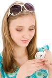 Mujer del adolescente con el teléfono móvil en verano Imagen de archivo