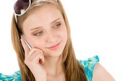 Mujer del adolescente con el teléfono móvil en verano Fotografía de archivo