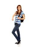 Mujer del adolescente con la mochila que señala para soomething Fotografía de archivo