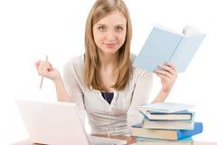 Mujer del adolescente del estudiante con el libro de la computadora portátil Imágenes de archivo libres de regalías