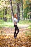 Mujer del adolescente del Redhead en el bosque Imagen de archivo libre de regalías