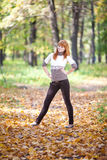 Mujer del adolescente del Redhead en el bosque Fotografía de archivo libre de regalías