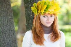 Mujer del adolescente del Redhead en una guirnalda Imágenes de archivo libres de regalías