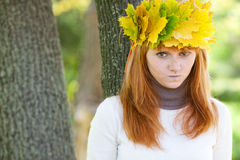Mujer del adolescente del Redhead en una guirnalda Foto de archivo