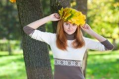 Mujer del adolescente del Redhead en una guirnalda Imagenes de archivo