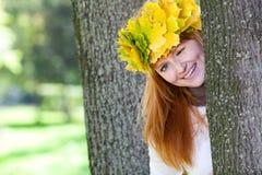 Mujer del adolescente del Redhead en una guirnalda Foto de archivo libre de regalías
