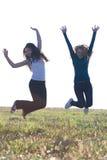 Mujer del adolescente que salta al aire libre Imagenes de archivo