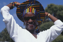 Mujer del African-American con el sombrero colorido Fotos de archivo libres de regalías