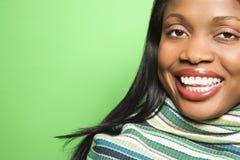 Mujer del African-American que desgasta la bufanda verde. Foto de archivo libre de regalías