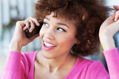 Mujer del Afro que usa el teléfono móvil Imagen de archivo
