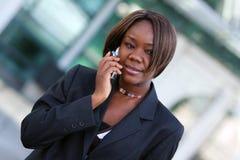 Mujer del afroamericano con el teléfono Imagen de archivo
