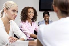 Mujer del afroamericano en la reunión de negocios