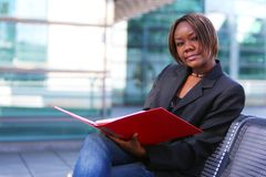 Mujer del afroamericano en oficina Fotos de archivo