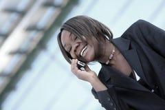 Mujer del afroamericano en oficina Fotografía de archivo