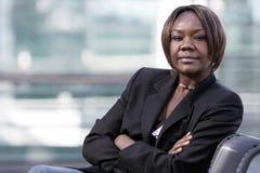 Mujer del afroamericano en oficina Imágenes de archivo libres de regalías