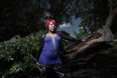 Mujer del afroamericano en una configuración de la naturaleza Imagenes de archivo