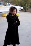 Mujer del afroamericano que espera en el aeropuerto foto de archivo