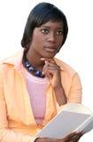 Mujer del afroamericano que lee un libro, en blanco Imagen de archivo libre de regalías