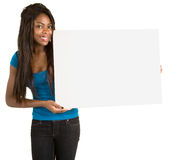 Mujer del afroamericano que lleva a cabo una muestra blanca en blanco Imágenes de archivo libres de regalías